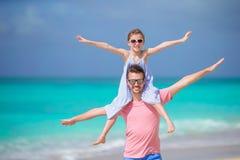 Маленькая девочка и счастливый папа имея потеху во время каникул пляжа Стоковое Изображение