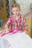 Маленькая девочка красит дом для кукол стоковые фотографии rf