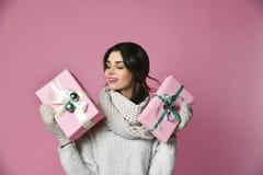 Маленькая девочка красоты с подарком рождества стоковое изображение