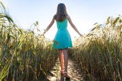 Маленькая девочка красоты outdoors наслаждаясь природой красивейшее подростковое Стоковые Фотографии RF
