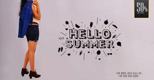 Маленькая девочка ` лета ` здравствуйте! представляя на шаблонах знамени продажи лета выдвиженческих Стоковая Фотография RF