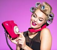 Маленькая девочка набирает телефонный номер на старом телефоне стоковое изображение rf