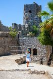 Маленькая девочка наблюдая замок StHillarion в северном Кипре, Kyrenia стоковая фотография