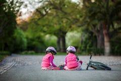 Маленькая девочка наслаждаясь ездой велосипеда на теплый летний день Стоковое Фото