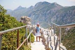 Маленькая девочка на верхней части замка St Hillarion в северном Кипре стоковое изображение rf