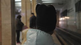 Маленькая девочка на железнодорожном вокзале Поезд ребенк ждать и счастливый о путешествии Люди, перемещение, семья, образ жизни видеоматериал