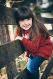 Маленькая девочка на загородке Стоковое Фото