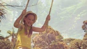 Маленькая девочка на качании сток-видео