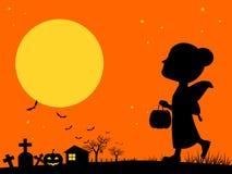 Маленькая девочка на ноче хеллоуина Стоковые Изображения RF