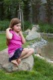 Маленькая девочка на утесе штилевым потоком Стоковое Изображение