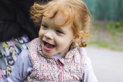 Маленькая девочка нервна в прогулочной коляске стоковое изображение rf