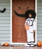 Маленькая девочка одеванная на хеллоуин стоковые изображения rf