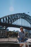 Маленькая девочка около моста гавани Стоковое Изображение