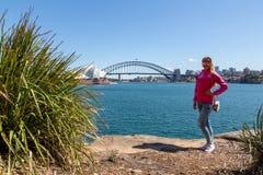 Маленькая девочка около оперного театра Сиднея Стоковые Фотографии RF