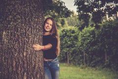 маленькая девочка около представлять дерева стоковые изображения