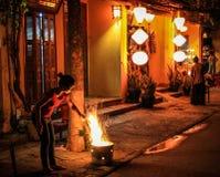 Маленькая девочка освещающ огонь ночи в красивых улицах hoi на ноче, Hoi, провинции Quang Nam, Вьетнаме стоковые изображения rf