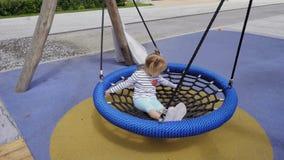 Маленькая девочка отбрасывая на качании в парке лета сток-видео