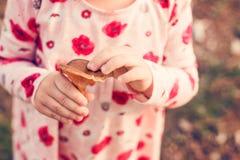 Маленькая девочка отбрасывая на спортивной площадке Детство, счастливое, концепция лета внешняя Стоковые Изображения RF