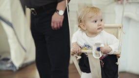 Маленькая девочка отбрасывая на усмехаться качания сток-видео