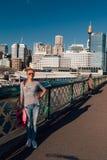 Маленькая девочка охлаждая около оперного театра Сиднея Стоковое фото RF