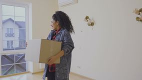 Маленькая девочка передислоцирует в новом доме видеоматериал