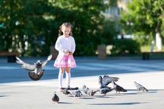 Маленькая девочка подает голуби Стоковые Фото