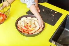 Маленькая девочка подготавливая печет домодельный яблочный пирог праздника в кухне стоковые фотографии rf