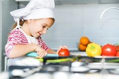 Маленькая девочка подготовляя здоровую еду стоковые изображения