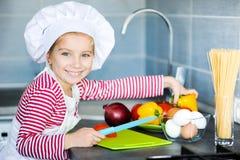 Маленькая девочка подготовляя здоровую еду стоковое изображение