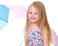 Маленькая девочка под зонтиком Стоковое фото RF
