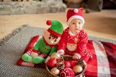 Маленькая девочка под рождественской елкой стоковое фото rf