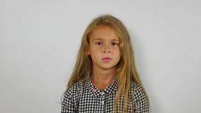 Маленькая девочка показывает жест отказа Предназначенная для подростков девушка говорит НЕТ видеоматериал