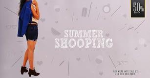 Маленькая девочка ` покупок лета ` представляя на шаблонах знамени лета ходя по магазинам выдвиженческих Стоковое Изображение RF