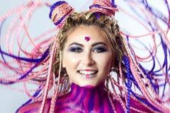 Маленькая девочка портера красная, красивый состав, стиль причёсок, афро оплетки, dreadlocks Стоковое Фото