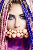 Маленькая девочка портера красная, красивый состав, стиль причёсок, афро оплетки, dreadlocks стоковая фотография rf