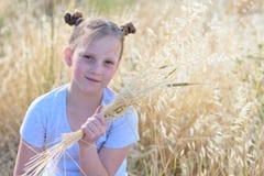 Маленькая девочка портрета прелестная, возраст 9-10 на желтом поле осени стоковая фотография