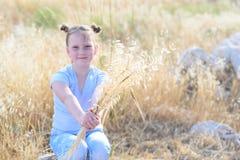 Маленькая девочка портрета прелестная, возраст 9-10 на желтом поле осени стоковые изображения