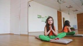 Маленькая девочка практикует йогу на спортзале видеоматериал