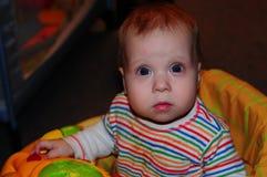 Маленькая девочка представляя для фотографа стоковое изображение rf