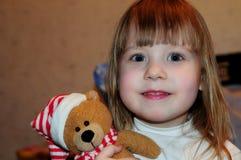 Маленькая девочка представляя для фотографа стоковые изображения rf
