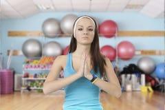 Маленькая девочка приниманнсяый за фитнес стоковые фотографии rf