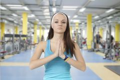Маленькая девочка приниманнсяый за фитнес стоковые изображения rf