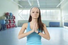 Маленькая девочка приниманнсяый за фитнес стоковое изображение