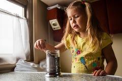 Маленькая девочка путешествуя поездом стоковая фотография