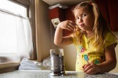 Маленькая девочка путешествуя поездом стоковые изображения