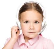 Маленькая девочка работает как оператор на helpline стоковые фотографии rf
