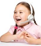 Маленькая девочка работает как оператор на helpline стоковые изображения rf