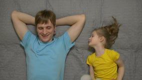 Маленькая девочка разговаривая с отцом сток-видео