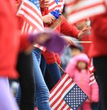 Маленькая девочка салютуя когда парад прошел мимо Стоковое Изображение RF