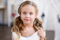 Маленькая девочка сидит около вигвама Стоковая Фотография
